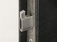 玄関ドアの隙間をバールでこじ開ける不正解錠を困難にする、鎌式デッドボルトを採用。