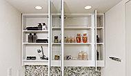 大きな鏡の裏は全て収納スペースなので、さまざまなアイテムを機能的に収納できます。