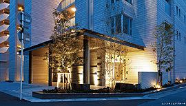 上品で落ち着きのあるエントランス。外観意匠に大屋根&列柱のデザイン要素を採りいれたエントランスを抜けると、そこには優美でスタイリッシュな迎賓空間。