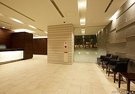 フロントカウンターのあるエントランスホールは、ホテル・ロビーを想わせる優雅さを備え、住まわれる方々を上品に、落ち着いた雰囲気でお迎えします。