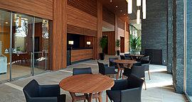 飲み物や商品をご用意したショップと、カフェスタイルのテーブルセットを備えたスペース。友人やご家族とゆっくりと寛げる空間です。