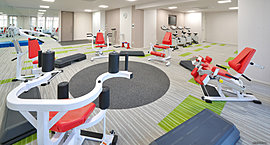 ヨガや体操など多彩なエクササイズができる専用スタジオ。体を動かす様々な用途にお使いいただける空間です。