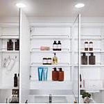 洗面化粧台には身だしなみチェックに便利な大型三面鏡をご用意。鏡裏には化粧品や小物などの収納スペースを設けています。