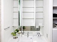 色々な角度で姿を見られるワイドな三面鏡が毎日のお化粧をより楽しいものにしてくれます。その裏側は丸ごと便利な収納スペースになっています。
