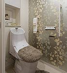 トイレは清潔なシャワートイレを採用しました。吊り戸式の収納にはロールペーパーや洗剤等、さまざまな物を収納できます。