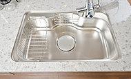 キッチンシンクは、水道水がシンクにあたる音やスプーンなどの落下音を低減させる静音仕様としています。※参考写真