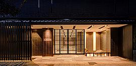 歴代天皇に愛され、尊い歳月を紡いできた嵯峨嵐山。エントランスの意匠は、その歴史に相応しいこだわりを貫いている。天龍寺の法堂など寺院建築にも用いられている瓦葺きの庇。内外を仕切りながら、同時に内外をつなぐ役割も果たす格子。