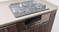 水無し両面焼オートグリルなど先進の調理機能を搭載。美しく、耐久性にも優れたビルトインコンロ「NEW DELICIA(ニューデリシア)」を採用