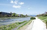 鴨川 約720m(徒歩9分)