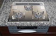 お手入れしやすく、操作性・デザイン性にこだわったガラストップコンロは、火力の微調整など機能面も充実した、高級グレードを採用しました。