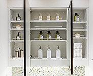 ミラーの四方に美しい枠を設けた三面鏡は、裏面に洗面小物をすっきりしまえる収納スペースを設けた機能的な仕様です。