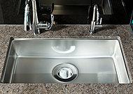 大きな鍋や野菜なども、ゆったりと洗うことのできるワイドシンクを採用。シンクの水はね音を軽減させる静音タイプです。※E、F、Htypeを除きます。
