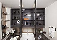 大型ミラーの三面鏡により明るく広がりのある洗面室に。鏡裏はコスメや小物がすっきりと整理できる収納になっています。