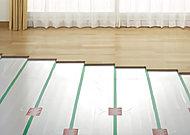 部屋全体を足元から快適に温める床暖房。温風によるホコリの拡散もなく、温水を利用するため安全性にも優れています。※参考写真