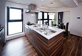 奥行き900mmの ワイドなキッチンカウンター(G・G1・Iタイプは750mm)。シンプルな使い勝手に磨きをかけるとともに、創る、食べる、楽しむ アトリエとして発想したアイランドスタイルもご用意(Dg・Jタイプ)。