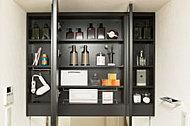 洗面鏡裏には、コスメなどがたっぷり収納できる物入れを設置。いつでもすっきりとした洗面空間を保つことができます。