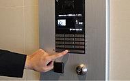 風除室・サブエントランスにオートロック操作盤を設けて防犯性を高めています。