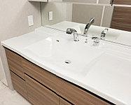 天板とボウルを一体型にすることで隙間ができないためお掃除しやすい設計に。洗面用具が置けるカウンタースペースも確保しました。