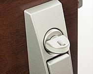 スイッチを押し込まなければサムターンが回せないので、不正解錠防止になります。