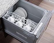 たくさんのお皿もラクラク洗浄。手洗いと比べても節水効果に優れます。(※Iタイプは除く)