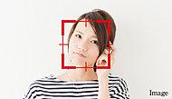 個人の「顔」を識別し自動ドアを開閉させる先進の入館管理システムです。顔認証により、ハンズフリーで入館することができ、両手がふさがっている場合でも、よりスマートな出入りを可能とします。