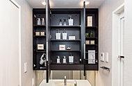 三面鏡の裏にはコスメ用品がたっぷり収納できる物入れを設置。いつでもすっきりとした洗面空間を保つことができます。