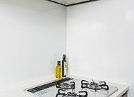 油汚れが染み込まないホーロー素材のキッチンパネルはお掃除が簡単。マグネット製品類も取り付けることができます。