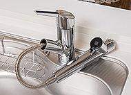 キッチンの水栓は片手で操作でき、引き出してシャワーとしても利用が可能。浄水機能も備えています。