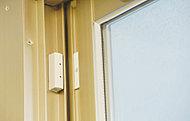 全住戸の玄関・窓にマグネット式防犯センサーを設置。(FIX窓を除く)