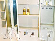 大型三面鏡の裏側に豊富な収納を設けました。化粧品・洗面用品などがスッキリ収納できます。