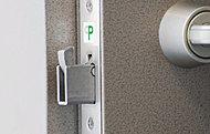 鎌デッド錠は、バール等の破壊工具を使用してドアをこじ開ける暴力的不正解錠方法に対しても効果的です。