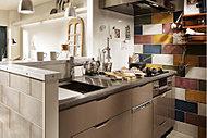ビビッドな色からシックな色まで20色の多彩なアクセントタイルを揃えたキッチン。スタイリッシュな空間でキッチンのお手入れも楽しくなりそうです。