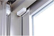ガラス破りなどによる不正な侵入を感知すると警報音を発し警備会社に通報するマグネットセンサーを1階住戸と一部の2階住戸開口部に設置しています。