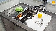3層式の立体的なシンクで、洗う・調理する・片付けるがもっと効率的に。優れた機能で、キッチンの使いやすさをサポートして、作業を快適にします。