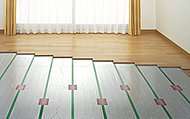 リビング・ダイニングには、足元から温める床暖房を設置。アレルギーの原因となる埃を巻き上げず、空気を乾燥させず、クリーンに保つ事が出来ます