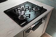 熱や油汚れに強く、吹きこぼれなどのお手入れも簡単なガラストップを採用しています。※一部住戸除く