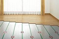 リビング・ダイニングには、足元から温める床暖房を設置。アレルギーの原因となる埃を巻き上げず、空気を乾燥させず、クリーンに保つ事が出来ます。※一部住戸除く