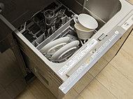 手洗いの手間が省け、節水が期待できるビルトインタイプの電気食器洗浄機です。