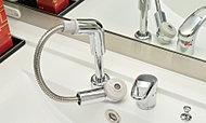 朝のシャンプーが手軽な伸縮式のノズル。ボウルのお手入れにも便利です。