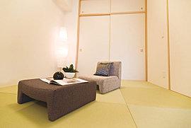 畳敷きの落ち着いた空間で、くつろぎ場としても、来客用の空間としても使えます。