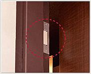 玄関ドア及び1階住戸のテラス側の窓には、不正なドアや窓の開閉を監視センターに通報するマグネットセンサーを設置しています。