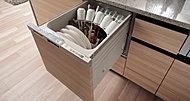 食器の出し入れがしやすい引き出し式の食器洗浄乾燥機。食後の後片付けの時間を短縮でき、団らんの時間を楽しめます。