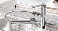 原水・浄水の切替と水量・水温の調節がワンタッチで可能な浄水器内蔵混合水栓。シンクのお掃除に便利な伸縮式ヘッドのハンドシャワータイプです。