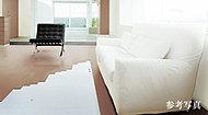 全体を効率良く温めるガス温水床暖房を、リビングルームに標準装備。風を起こさない輻射式暖房なので、お部屋のホコリの舞い上がりが少なく、快適です