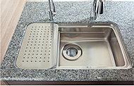 まな板や水切り、調理プレートを好みの高さで設置できる3層の立体的なシンク。調理や片付けを効率的に行えます。