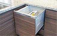 食器類の洗浄・乾燥を全自動で行う、食器洗い乾燥機。食後の片付けの負担が減り、経済性にも優れています。