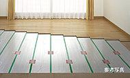 足元から室内を暖める床暖房。ハウスダストの舞い上がりを抑え、クリーンで健康的な室内環境をもたらします。※Eタイプはキッチンにも設置されます。