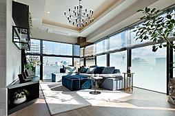 贅沢に連続させた窓が導く柔らかな光、端正な折り上げ天井がもたらす凛とした気配が、丁寧に選び抜かれた美と質を際立たせます。