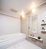 1620タイプの広々としたバスルーム。 雨天時の衣類乾燥や冬場の暖房等多彩な機能を備えた「浴室暖房乾燥機」も。