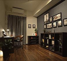 モデルルームでは洋室を書斎として提案。落ち着いた色合いの化粧壁と間接照明の優しい光が、大人の時間を演出しています。趣味を楽しめるアトリエや客間、子供部屋など、多目的に使える空間です。